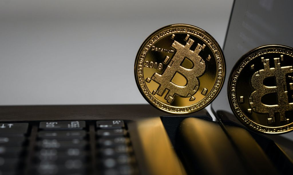 Bitcoin Downplays S& P 500 Connection, Strikes $9.7 K as Gold Surge 1